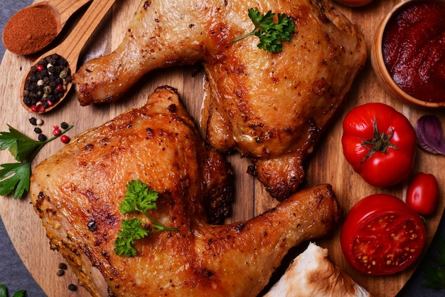 Geroosterde kippenpoten met kruiden en groenten