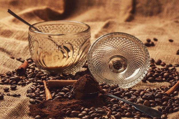 Geroosterde koffiebonen en schep met gemalen koffie
