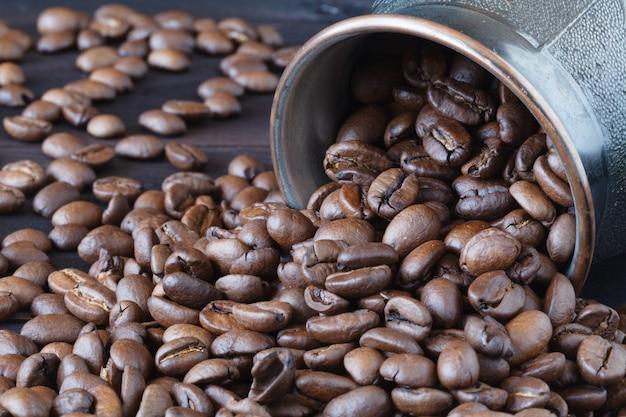 Geroosterde koffiebonen geïsoleerd op houten