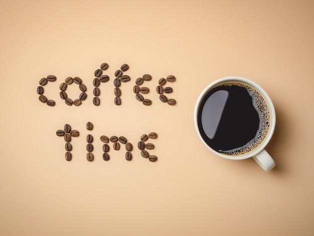 Geroosterde koffiebonen gerangschikt in letters
