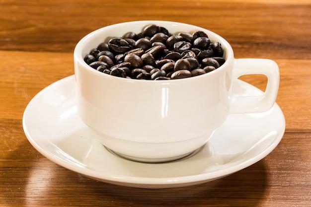Geroosterde koffieboon in witte koffiekop