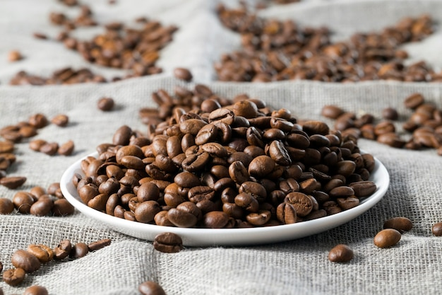 Geroosterde korrels donkere koffie
