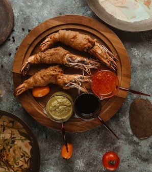 Geroosterde krabben geserveerd met drie soorten dressings