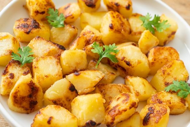 Geroosterde of gegrilde aardappelen op witte plaat