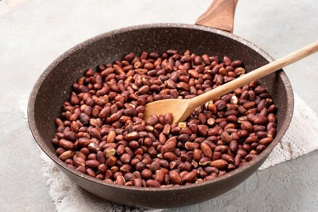 Geroosterde pinda's in een pan.
