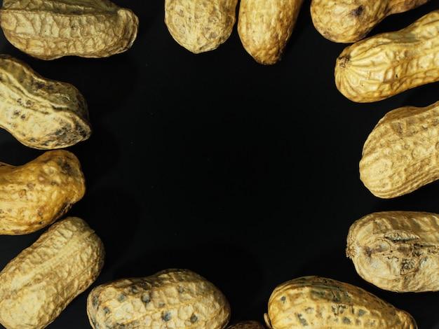 Geroosterde pinda's op een zwarte achtergrond