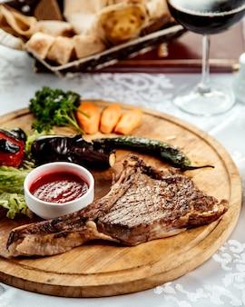 Geroosterde rib met groenten en ketchup