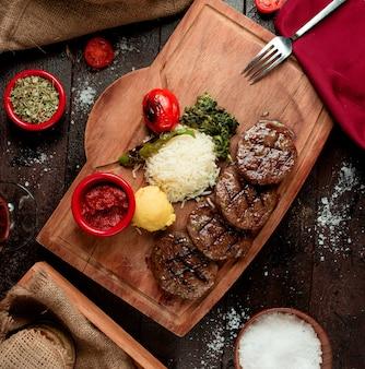 Geroosterde rundvleesplakken met saus en rijst