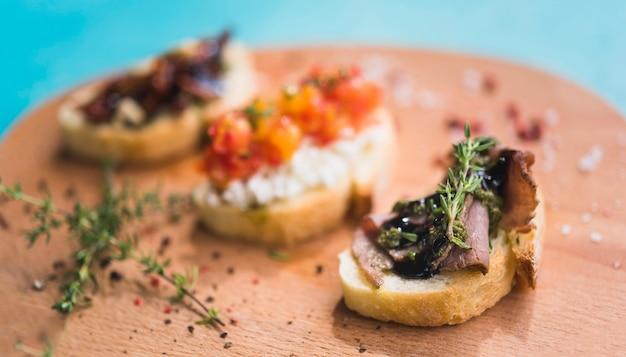 Geroosterde sandwiches met tijm op houten hakbord