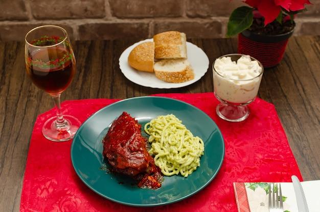 Geroosterde spareribs gemarineerd met barbecuesaus geserveerd met aardappelpuree, spaghetti en brood