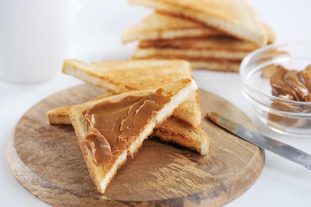 Geroosterde toast met gekookte gecondenseerde melk, jam