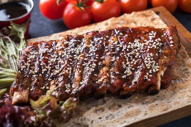 Geroosterde varkensribbetjes met sesam. barbecue pittige ribben. lekkere varkensribbetjes. detailopname