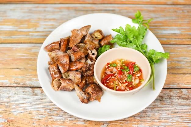 Geroosterde varkensvlees chitterlings met spaanse pepersaus