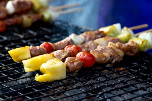 Geroosterde varkensvleesbarbecue heerlijk in straatvoedsel, barbecue op de grill