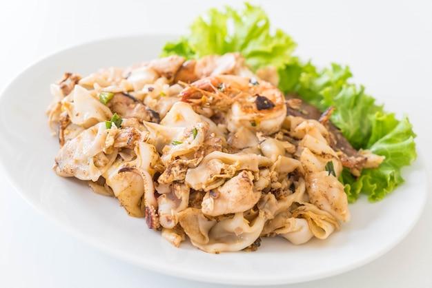 Geroosterde verse rijstmeelnoedels met gemengd vlees en ei