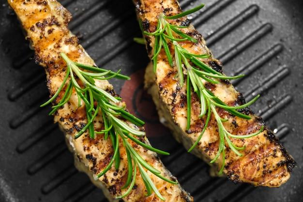 Geroosterde zalmvisfilet met rozemarijn op een grillpen. zelfgemaakt gezond diner