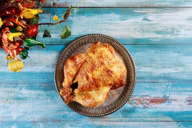 Geroosterde zelfgemaakte hele kip met thanksgiving day