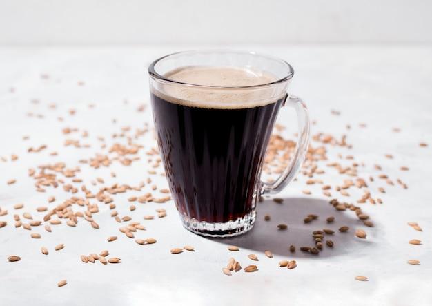 Gerst koffie. cafeïnevrije drank in een kopje