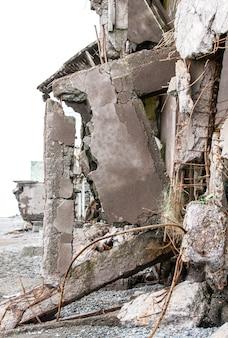 Geruïneerd huis op het zand in de buurt van de zee.