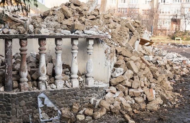 Geruïneerd huis. sloop van een gebouw. sloop van een oud vervallen gebouw vóór de bouw van een nieuw op dezelfde site. oud geruïneerd verlaten gebouw.