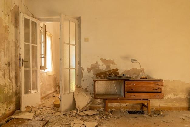Geruïneerd meubilair in de eetkamer