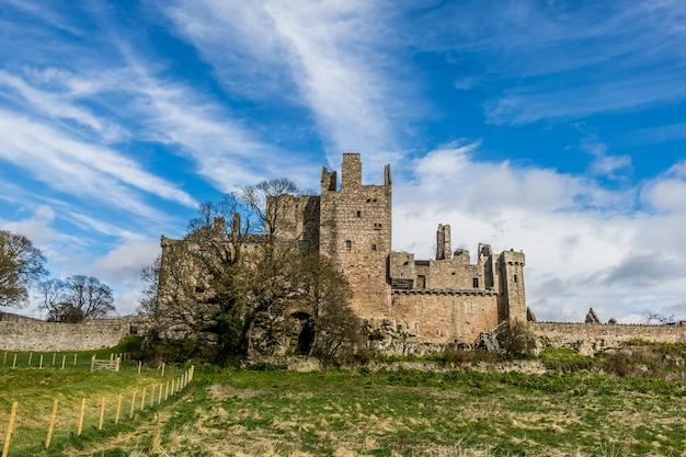Geruïneerd middeleeuws kasteel in edinburgh, schotland