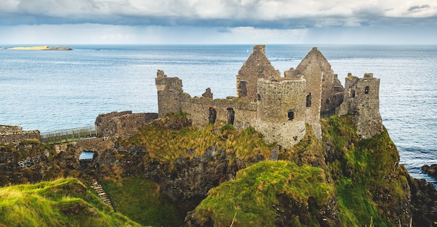 Geruïneerd oud kasteel bij kust noordelijk ierland