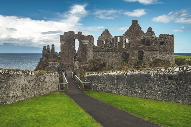 Geruïneerd oud kasteel bij kustlijn noordelijk ierland