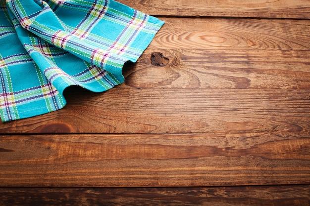Geruit servet op een houten tafel