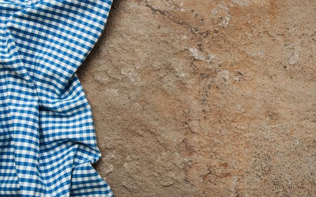 Geruit servet op een steenoppervlakte