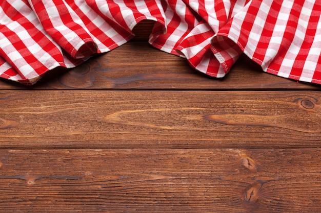Geruit tafelkleed op houten oppervlaktelijst