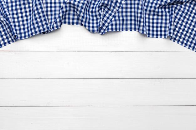 Geruit tafelkleed op houten tafel achtergrond