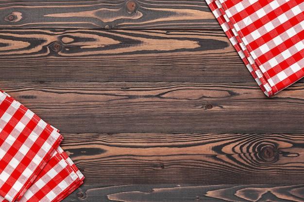 Geruit tafelkleed op houten tafel