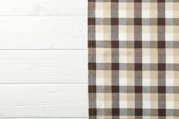 Geruit tafelkleed op witte houten