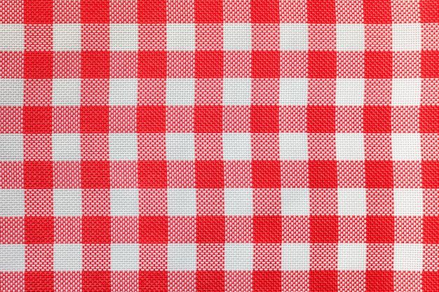 Geruit tafelkleed voor de tafel in rode en witte cellen.