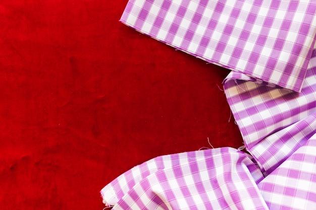 Geruite patroonhanddoek op bordeauxrode stof