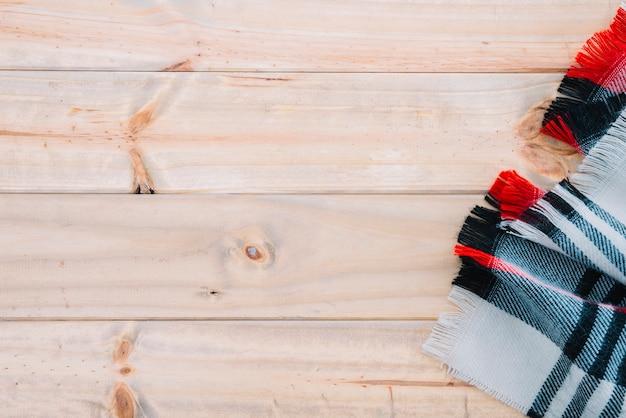 Geruite sjaal op een houten bord