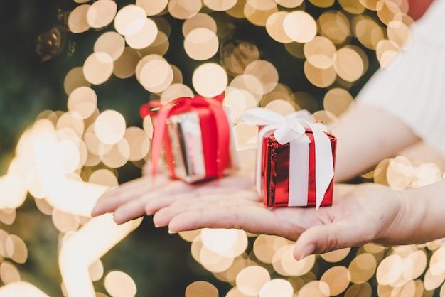 Geschenk aan kant met kerstmis bokeh lichte achtergrond