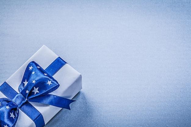 Geschenk container met gebonden strik op blauwe tafel