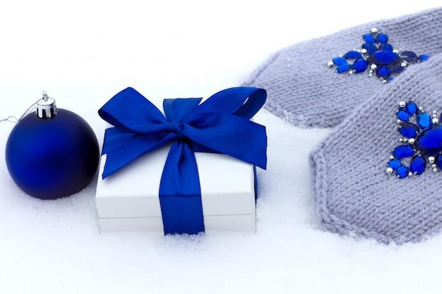 Geschenk en blauwe handschoenen