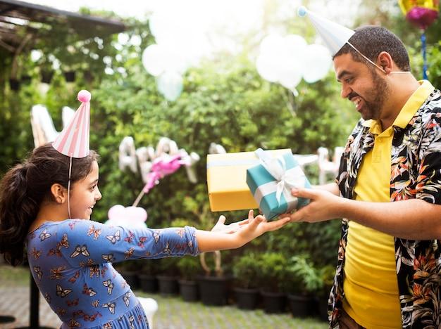 Geschenk en cadeautjes op het verjaardagsfeest van een meisje