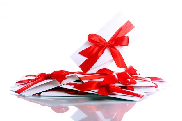 Geschenk envelop met geweldige rode strik
