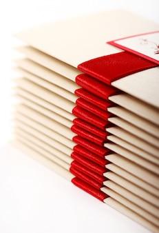 Geschenk enveloppen met rode strik