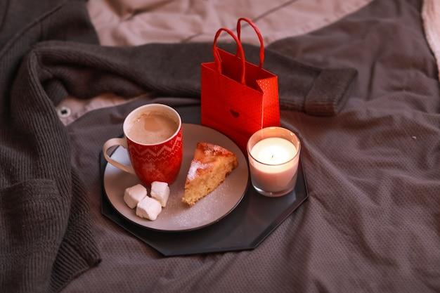 Geschenk in de ochtend voor ontbijt in rode bloemen. ochtendverrassing