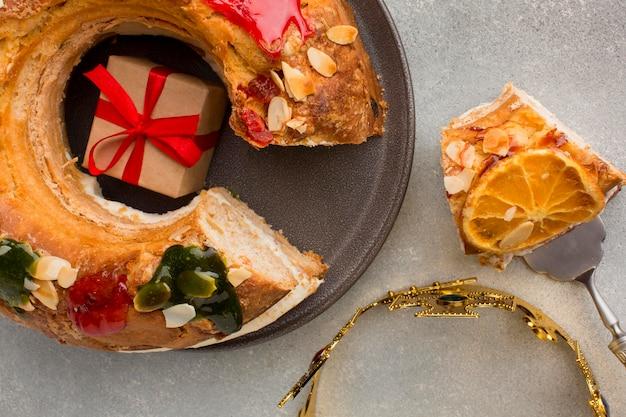 Geschenk in roscon de reyes epiphany dessert