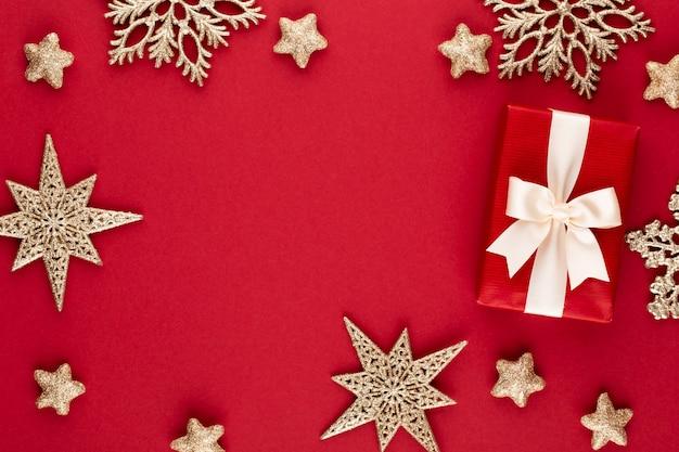 Geschenk of huidige doos op kleurentafel bovenaanzicht. plat lag samenstelling voor verjaardag, moederdag of bruiloft.