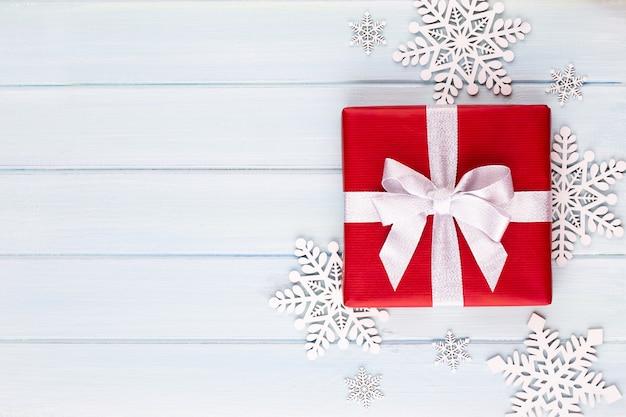 Geschenk of huidige doos op kleurentafel bovenaanzicht.