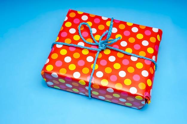 Geschenk verpakt in papier geïsoleerd