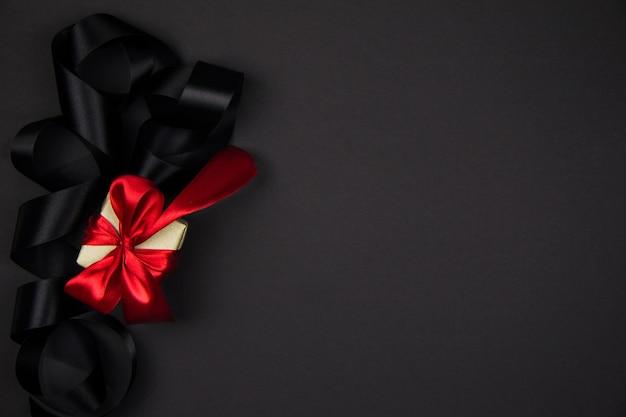Geschenk voor black friday en christmas box met een rood lint