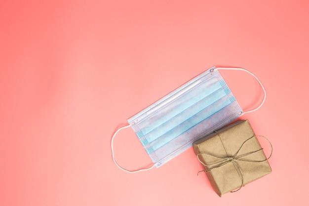 Geschenkdoos bruin gewoon papier met beschermend gezichtsmasker tegen virussen